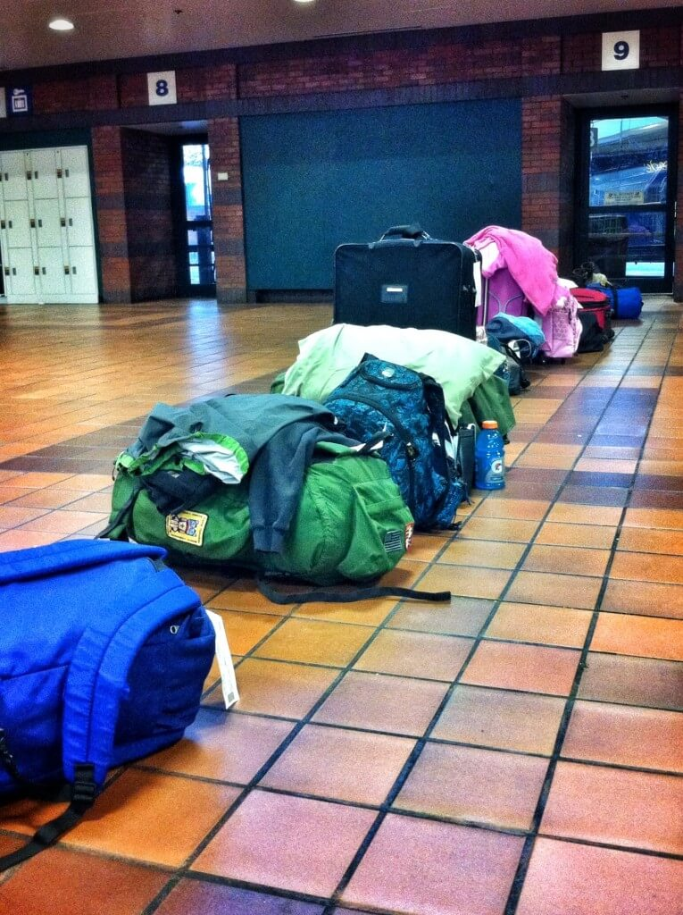 Amerikkalainen tapa: laukut jonottavat omistajiensa puolesta pääsyä bussiin.