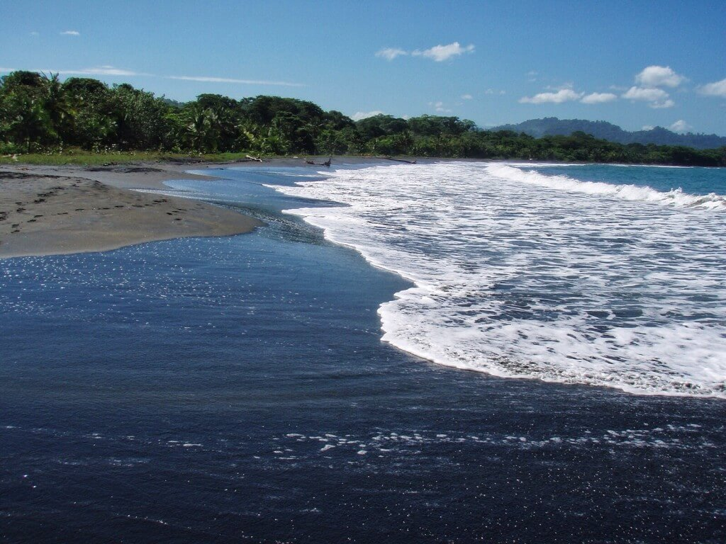 Kaupungin vieressä oleva mustahiekkainen ranta on osuvasti nimetty Playa Negraksi