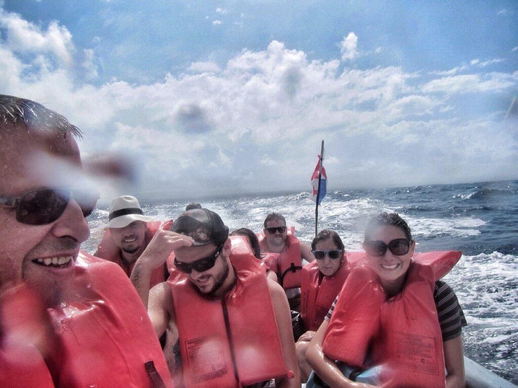 Kunien käyttämät lasikuituveneet on suunniteltu niin ovelasti, että jo puolen metrin aallokko riittää kastelemaan kaikki matkustajat hetkessä läpimäriksi