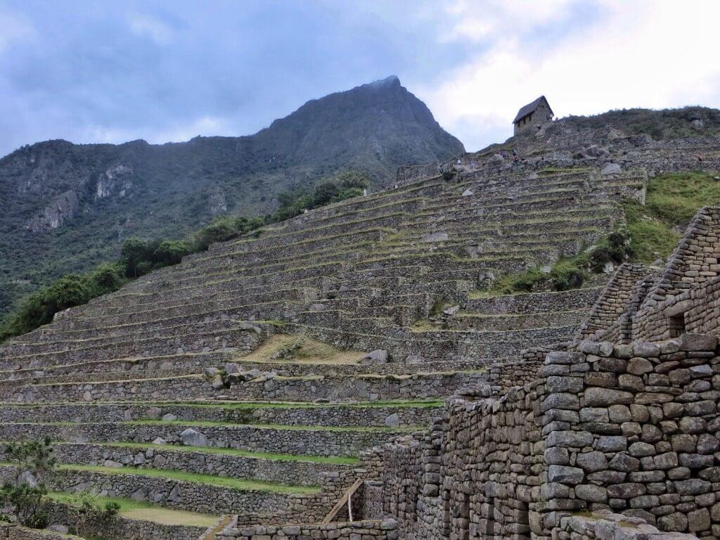 Inkat rakensivat Machu Picchun 1400-luvulla ja hylkäsivät sen sata vuotta myöhemmin espanjalaisten saapuessa. Espanjalaiset eivät onneksi koskaan löytäneet tietään tänne, joten rauniot säilyivät lähes koskemattomana siihen asti, kunnes ne uudelleenlöydettiin 1911.
