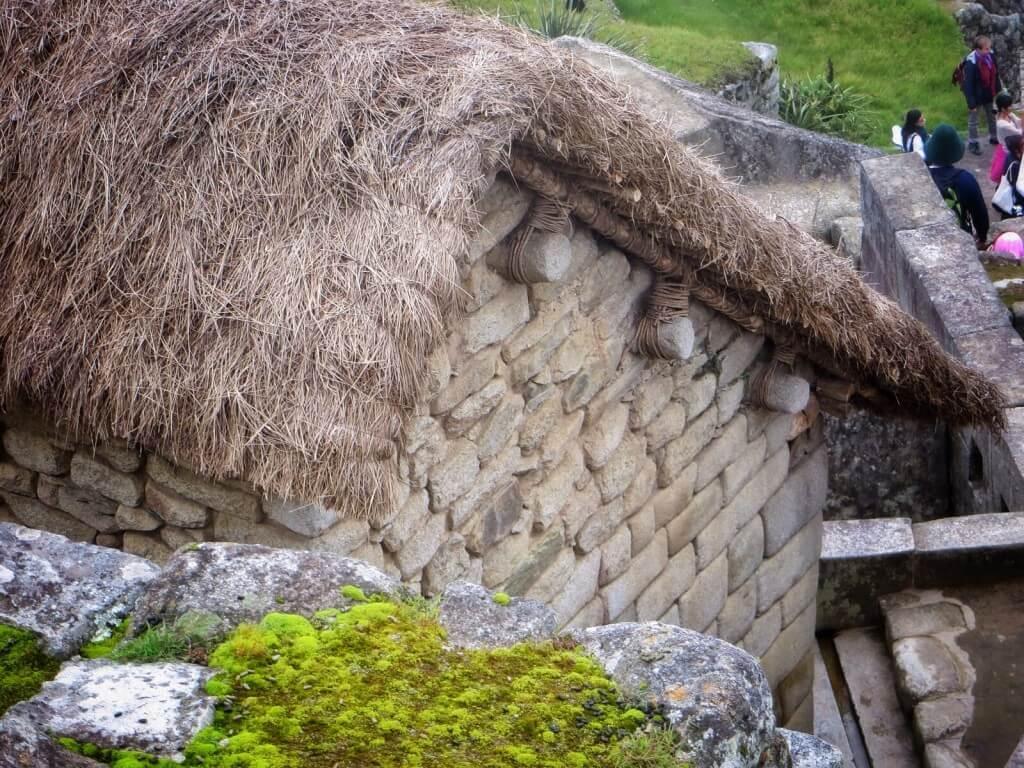 Osaan taloista on rekonstruoitu katot, mutta kahdeksankymmentäprosenttisesti Machu Picchu on aluperäisessä kunnossa