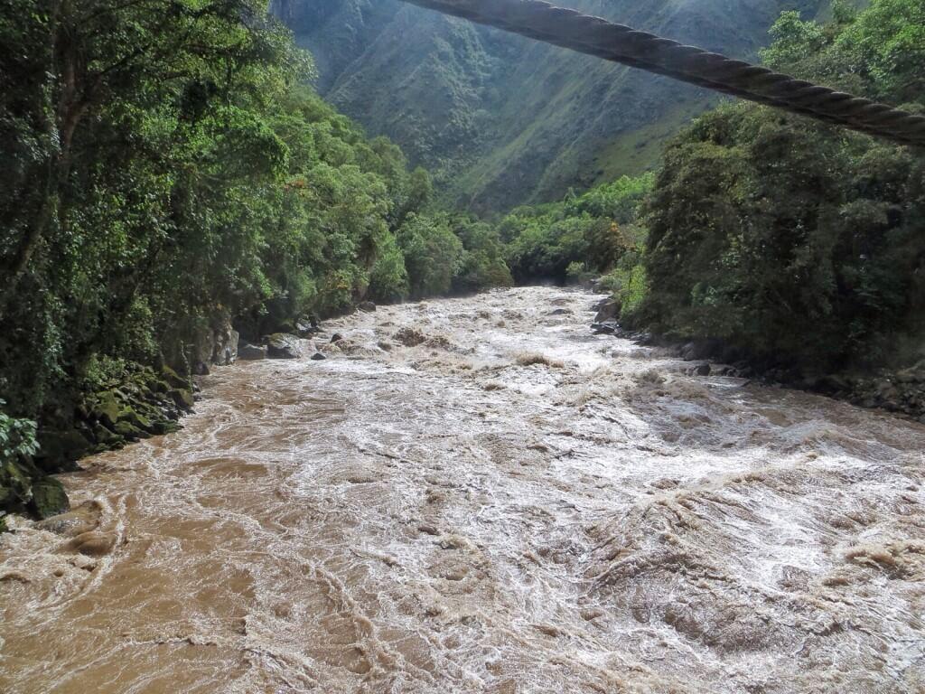 Ensin ylitimme Urubamban, inkojen pyhän joen, joka laskee jossain kaukana Amazoniin