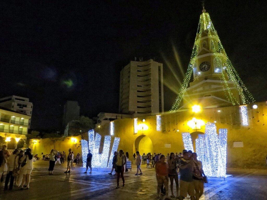 Vanhankaupungin portti juhlavalaistuksessa