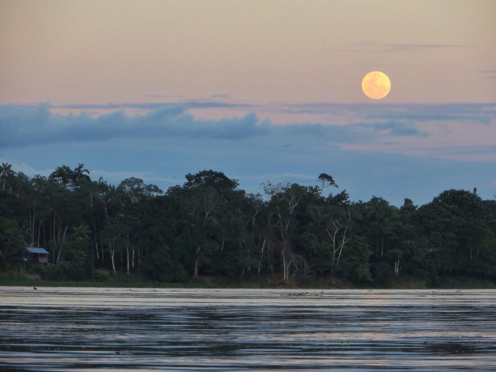 ...ja samaan aikaan kuu nousee Kolumbian puolelta