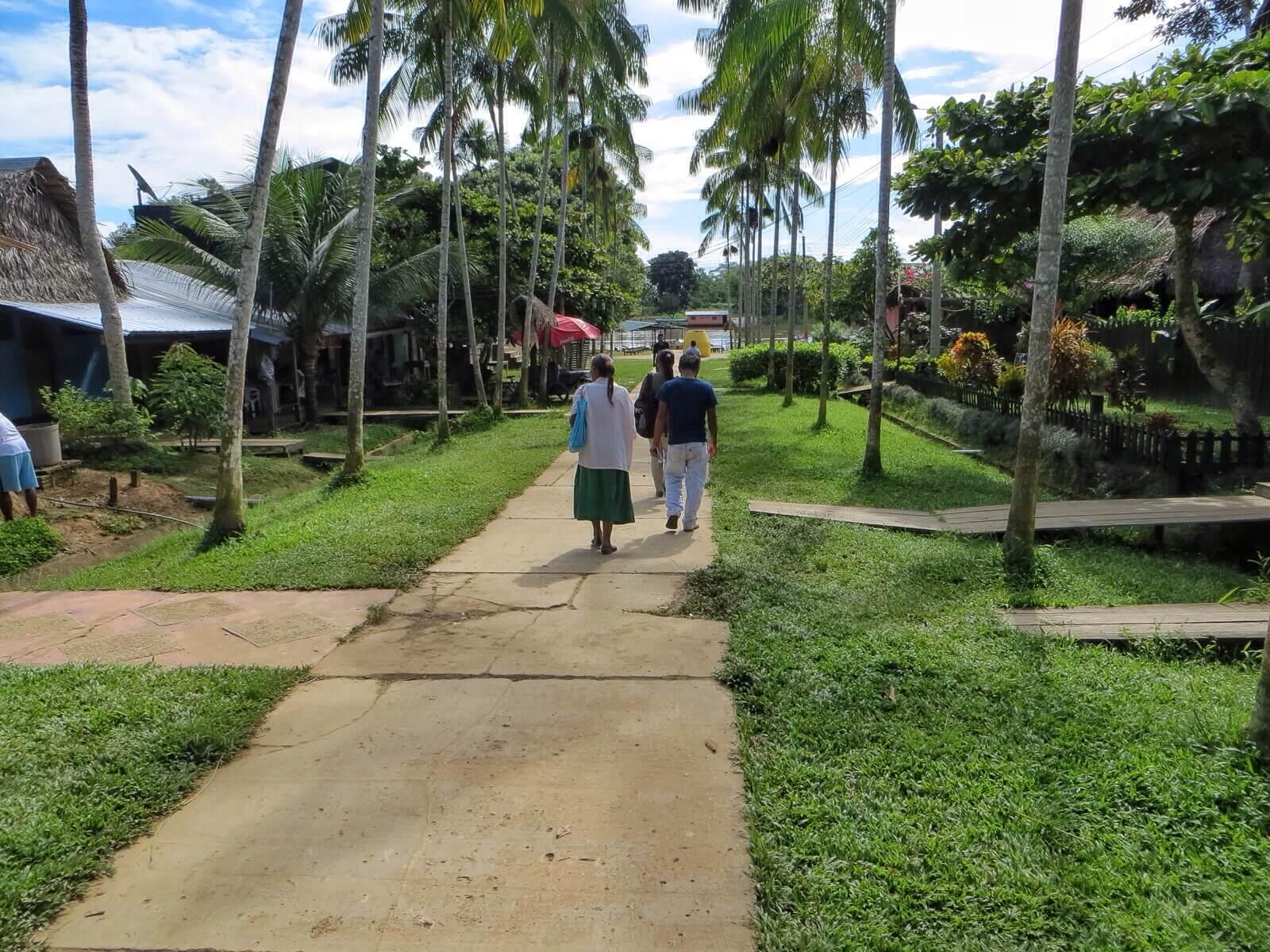 Parikymmentä kilometriä Amazonia ylävirtaan oli neljäntuhannen asukkaan Puerto Nariño. Kylä kuin satukirjasta. Kauniita taloja ja puutarhoja ja kaikki hymyilivät ja tervehtivät toisiaan.