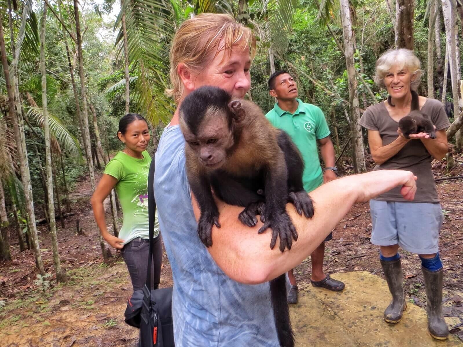 Kylän päällikön tytär, Karoliina, Raymondo ja Sara Bennet. Ja apinoita.