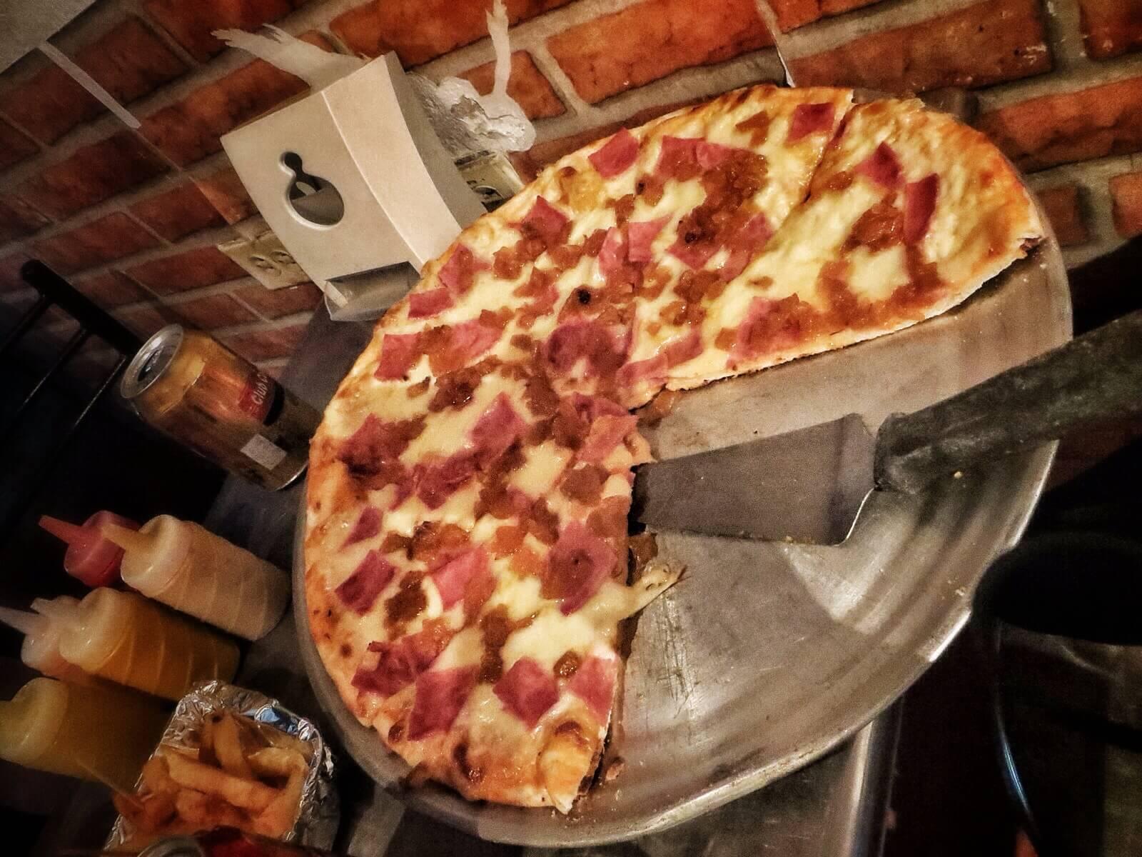 Selvä. Jos tarjoilija sanoo, että pieni pizza riittää yhdelle, niin ensi kerralla uskotaan. Minkähän kokoinen se extra large on, jos tämä on medium?