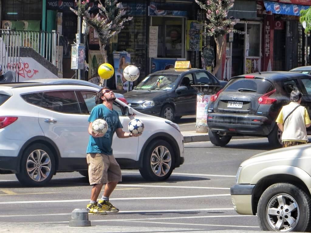 Liikennevalotemppuilijoiden parhaimmistoa oli tämä kaveri Viña del Marissa, joka jonglöörasi kolmea palloa ja pomputteli yhtä päällään.