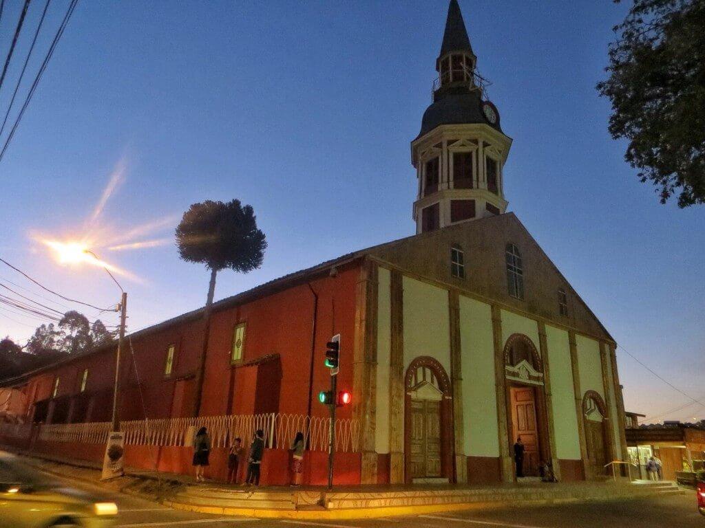 Constituciónin puulla päällystetty kirkko.
