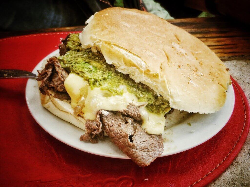 Ja toinen suosittu paikallinen ruokalaji, churrasco. Sämpylän välissä ohutta pihvisiivua ja avocadoa, tässä lisänä myös juustoa.