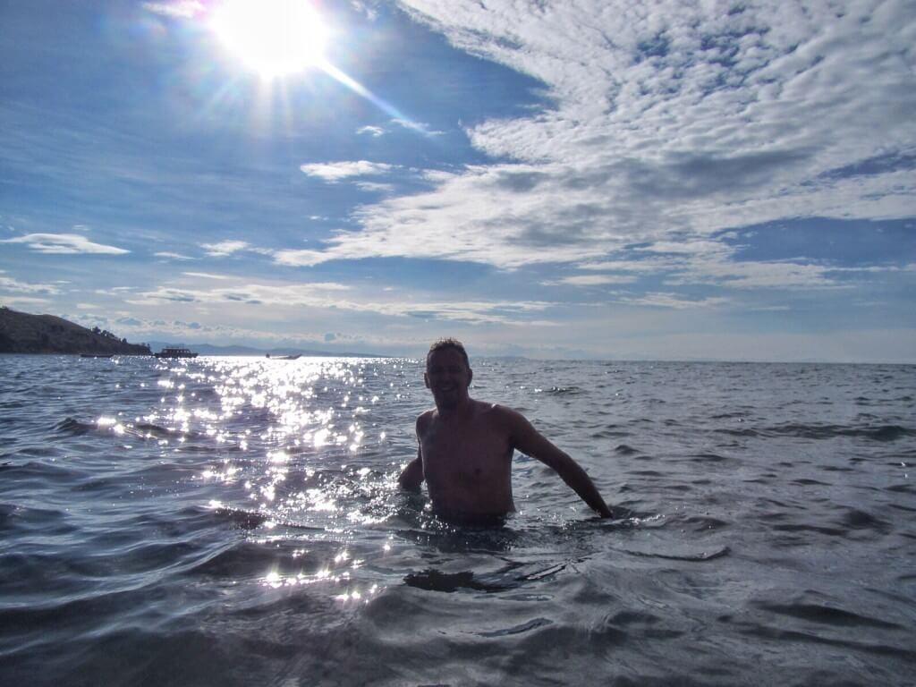 Vesi vaikutti paljon puhtaammalta kuin Punossa, joten mekin uskaltauduimme uimaan. Vesi oli yllättävän lämmintä, ehkä 14-asteista, mutta juuri kukaan muu ei uinut.