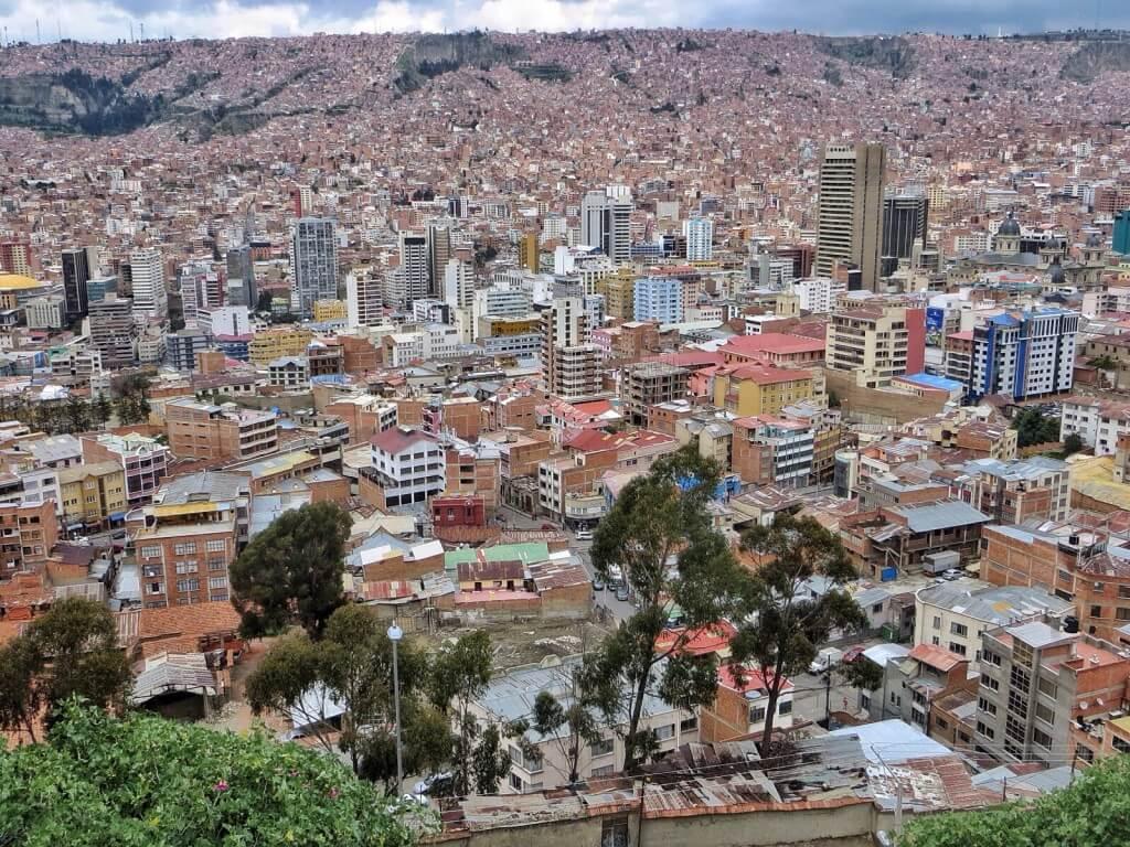 Kaupunki leviää korkealle ylös vuorenrinteille.