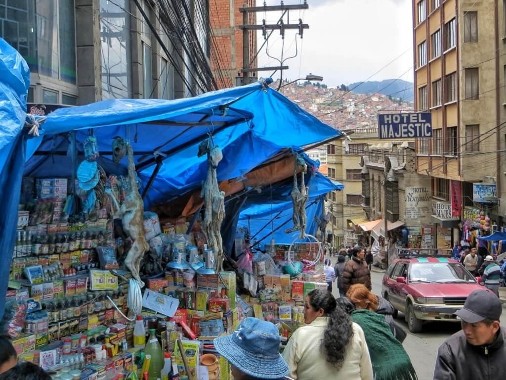 Mercado de las brujas, noitatori. Myynnissä kuivattuja laaman sikiöitä ja kaikkea muuta mitä noituessa sattuu tarvitsemaan.