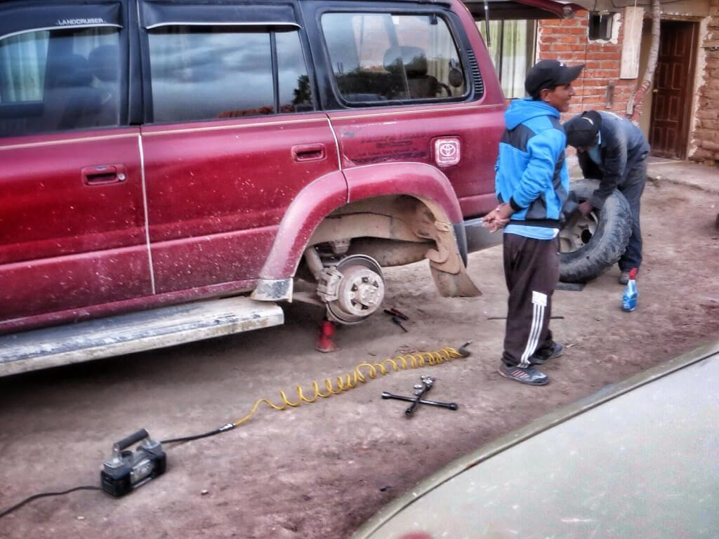Vararengasta Toyotassa ei ollut. Humberto korjasi vuotavan renkaan itse muiden kuskien naureskellessa vieressä.