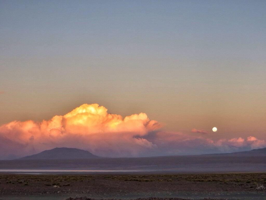 Täysikuu 4600 metrin korkeudessa Laguna Coloradan rannalla.