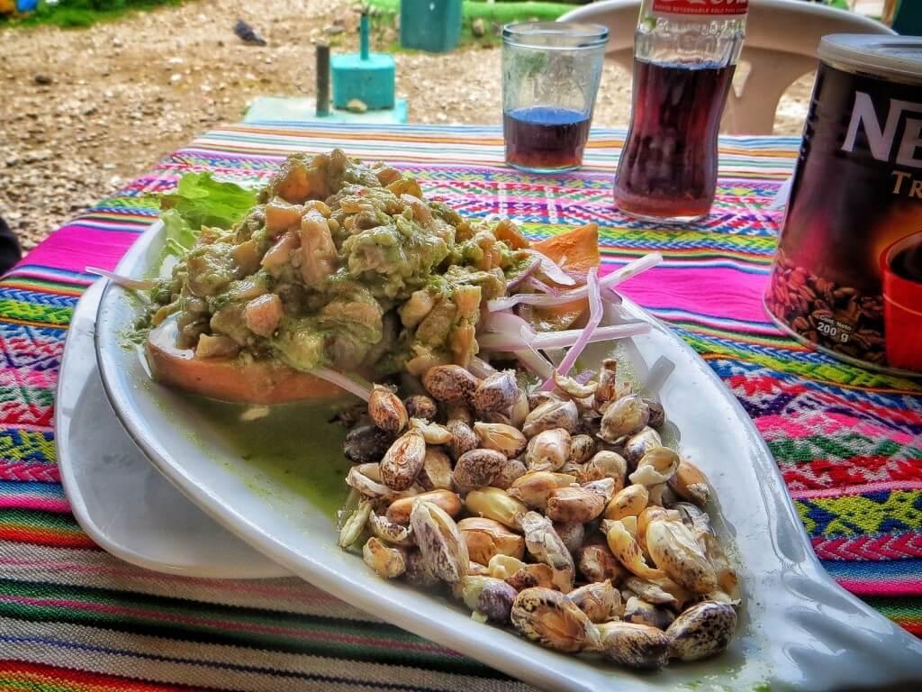 Satamasta ostettu taimencheviche nousi koko reissun parhaiden ruokien listan kärkisijoille. Etualalla näkyvä paikallinen herkku, paahdetut jättikokoiset maissinjyvät, oli vähän tunkkaisen makuista.