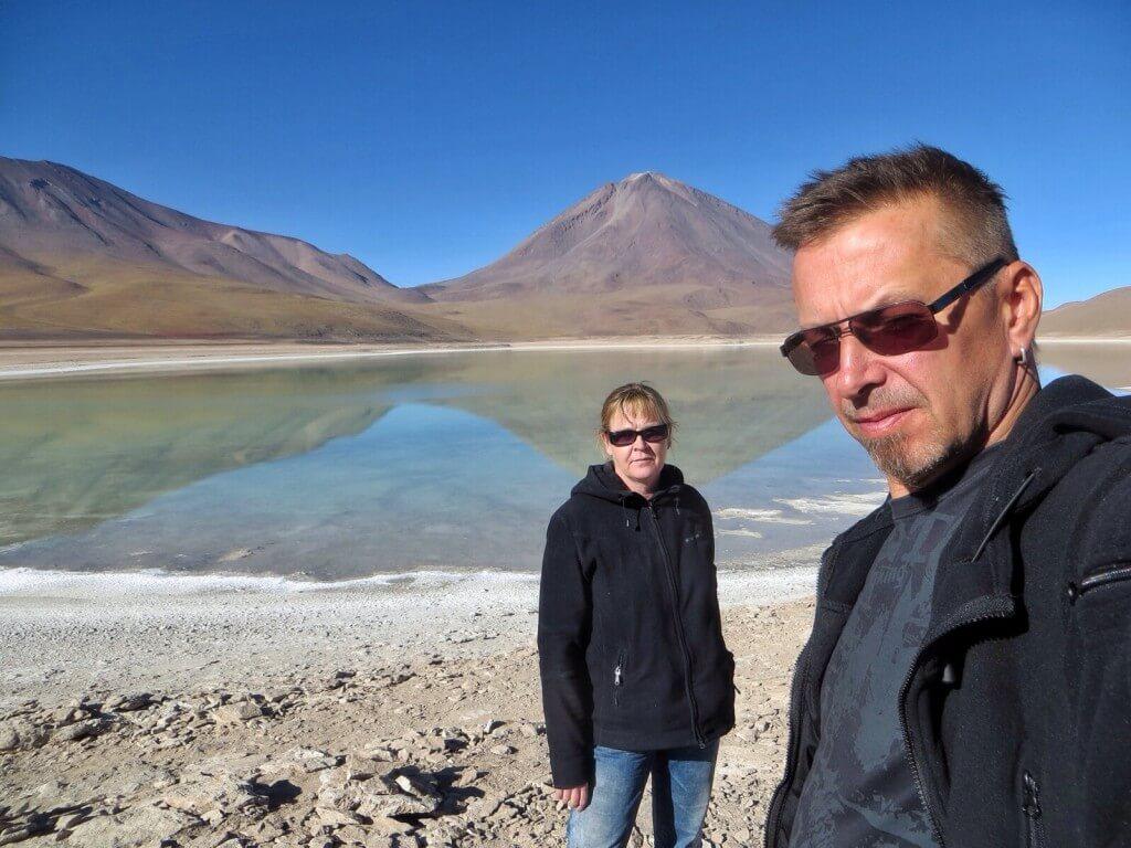 Laguna Verde, kuparia ja arseenia. Tässä eivät edes flamingot viihtyneet. Taustalla Licancabur-tulivuori Bolivian ja Chilen rajalla.