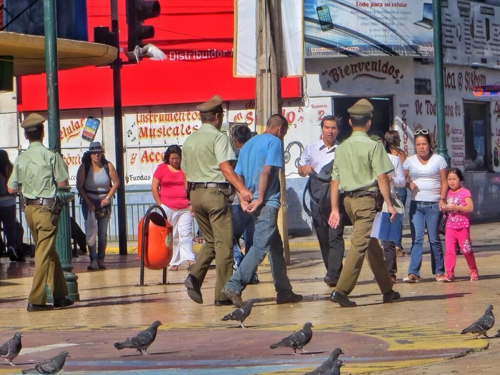 Calaman torilla istuessamme näimme, kun karabinieerit ottivat juoksemalla kiinni jonkun sortin rikollisen. Harmi, ettei bussiasemalle sattunut yhtään partiota oikealla hetkellä.