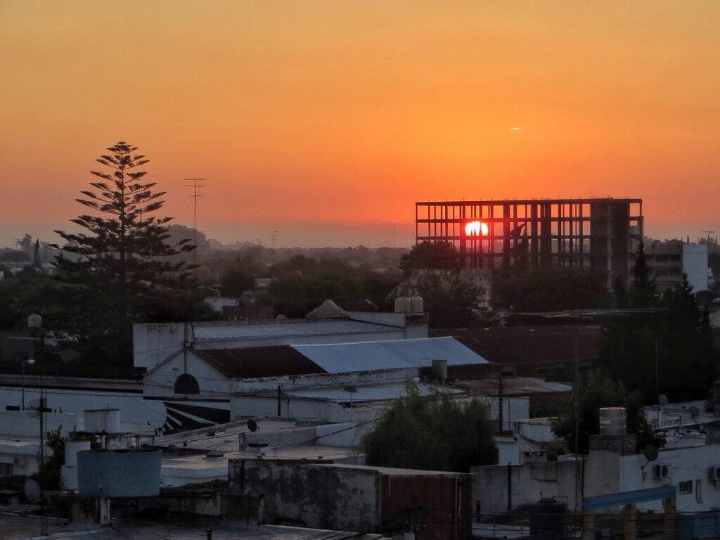 Auringonlasku hotellin parvekkeelta.