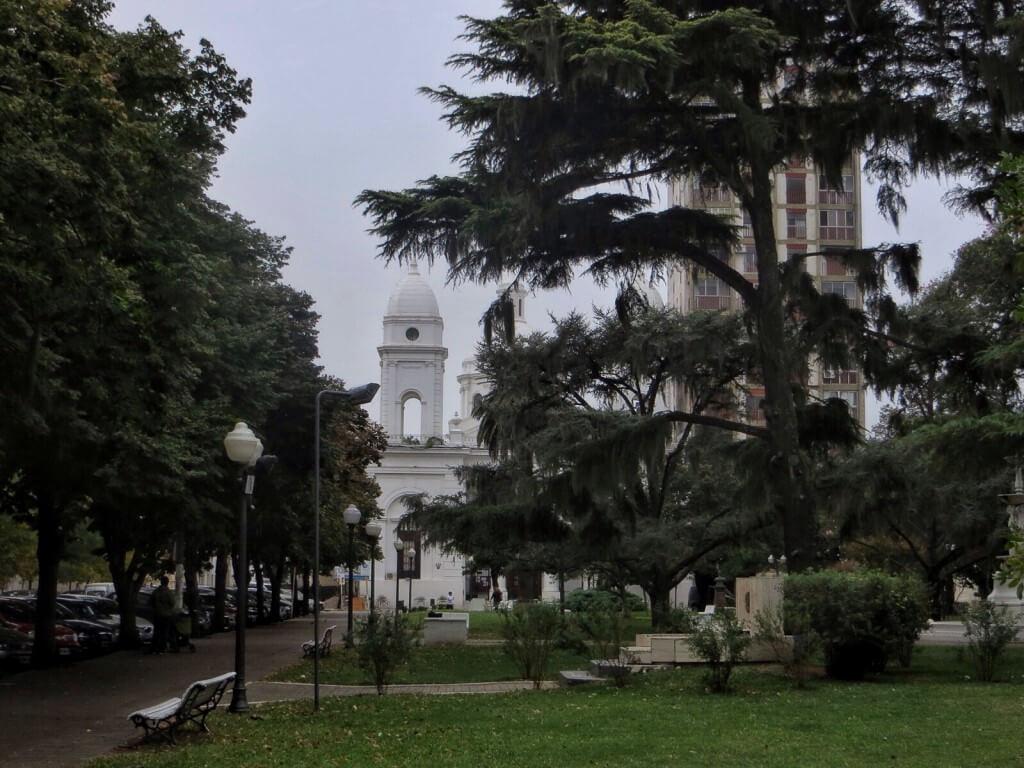 San Nicolasin keskuspuisto ja Catedral de San Nicolás de Bari. Ovat sitten rakentaneet tuommoisen kaksi kertaa korkeamman pilvenpiirtäjän ihan kylkeen kiinni.