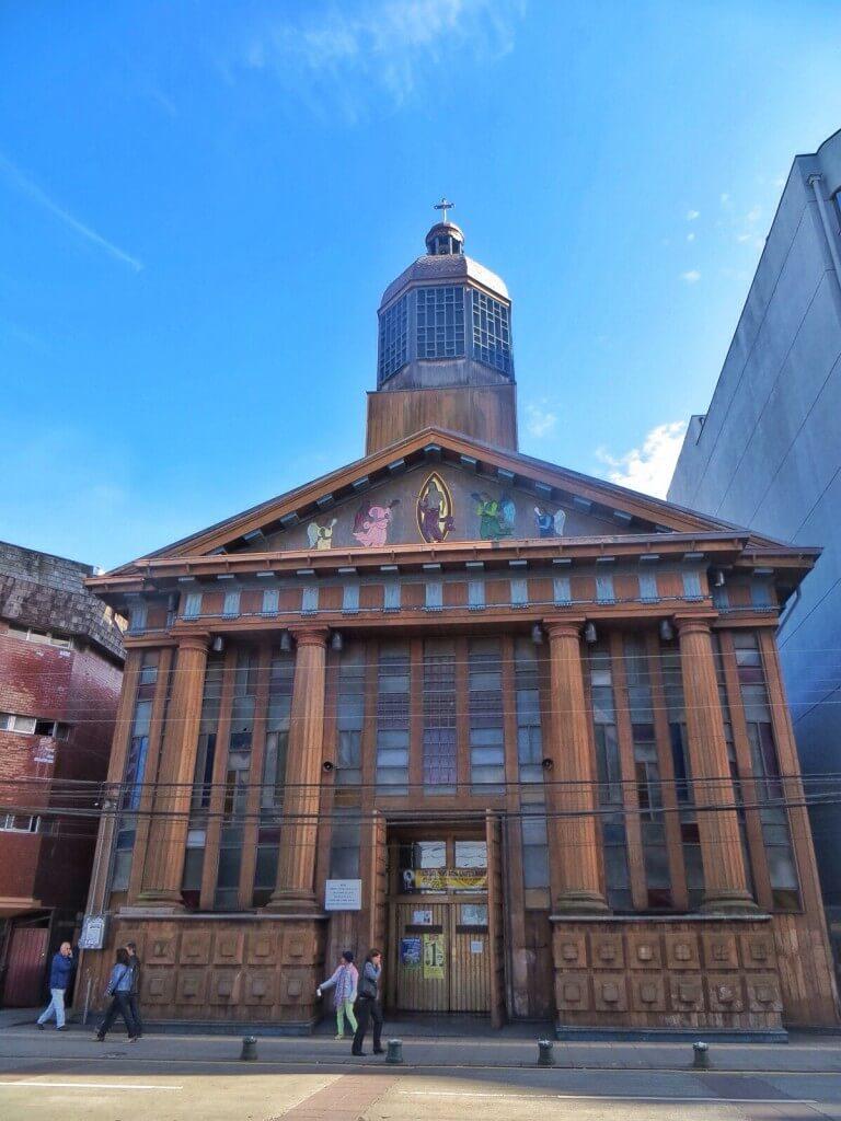 Kirkko täällä on ihan erinäköinen kuin kirkot Chilessä yleensä. Jotain saksalaista vaikutusta?
