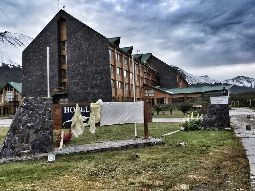 Vuoren rinteeltä löytyi tyhjillään oleva hotelli, josta tuli elävästi mieleen eräskin mainio kauhuelokuva.