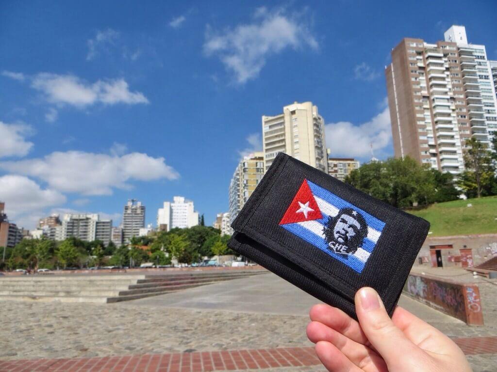 Ehkä kaupungin ainoa Che-aiheinen matkamuisto: Karoliinan Constituciónista, Chilestä ostama lompakko.