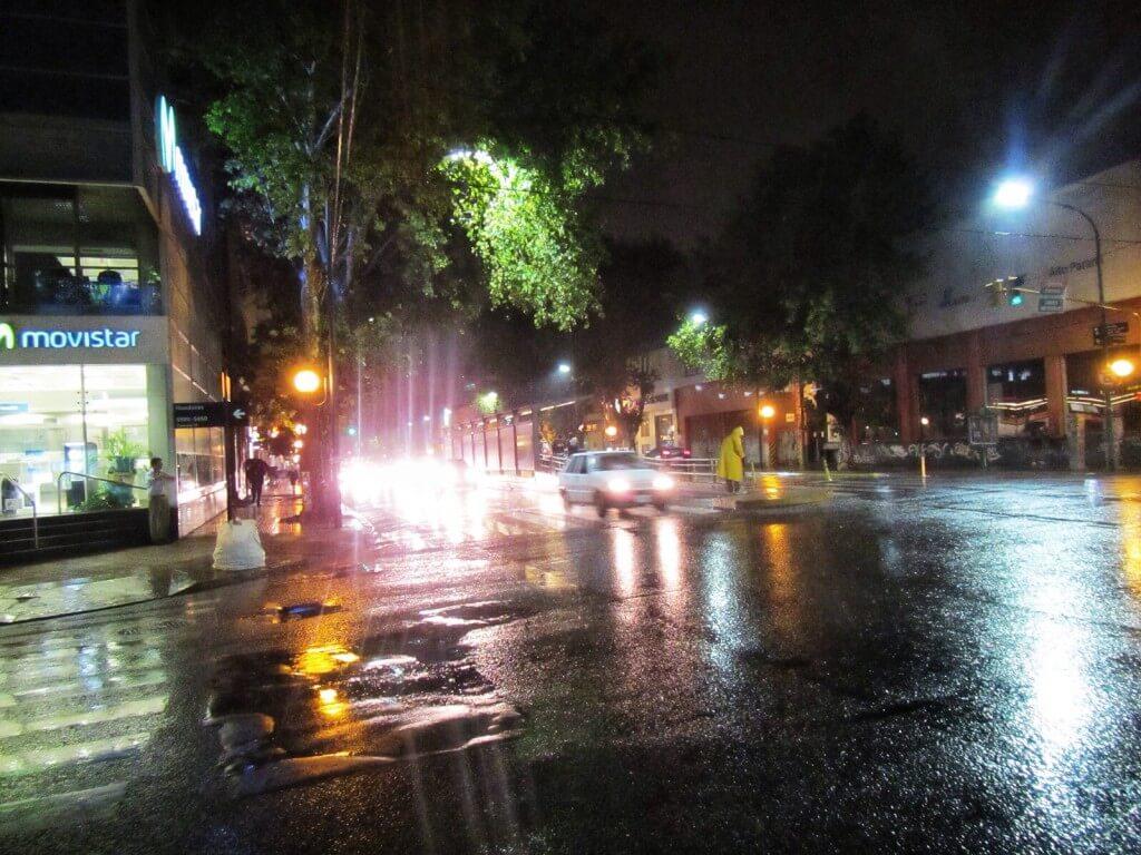Sataa ja lehdet tippuu puista. Melko syksyistä, paitsi lämmintä on 25 astetta.