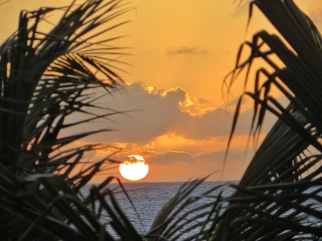Auringonlaskut ovat täälläkin hienoja. Näkyvät myös terassillemme, jos tuuli puhaltaa hieman palmunlehviä sivuun.