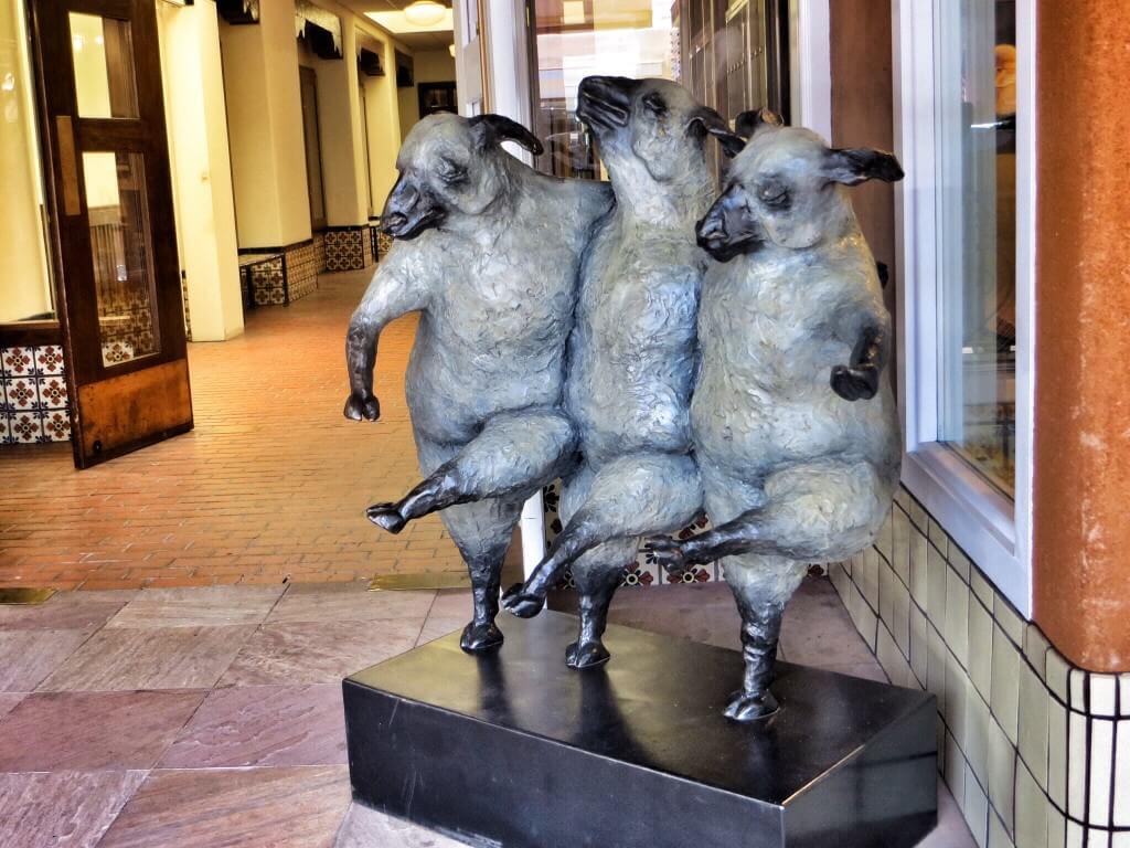 Santa Fen vanha keskusta oli täynnä taidegallerioita. Jos matkatavaroissamme olisi ollut tilaa, olisi tämä lammaspatsas mennyt hankintaan.