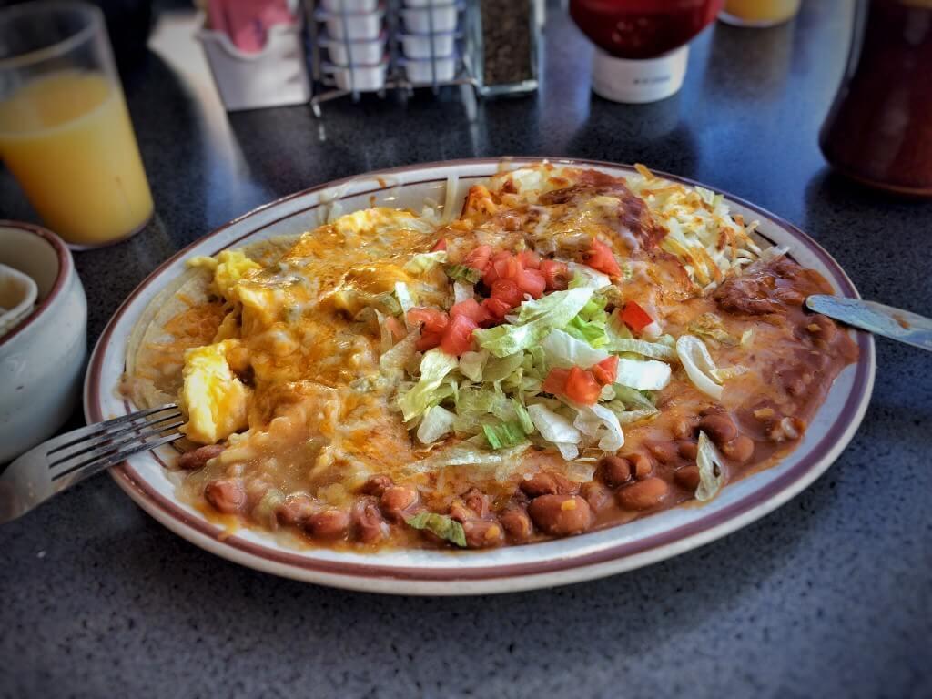 Huevos Rancheros, eli tortillaa, munaa, papuja, perunaa, juustoa ja chiliä. Tässä tapauksessa määrä ei korvaa laatua. Weck's, Albuquerque, NM.