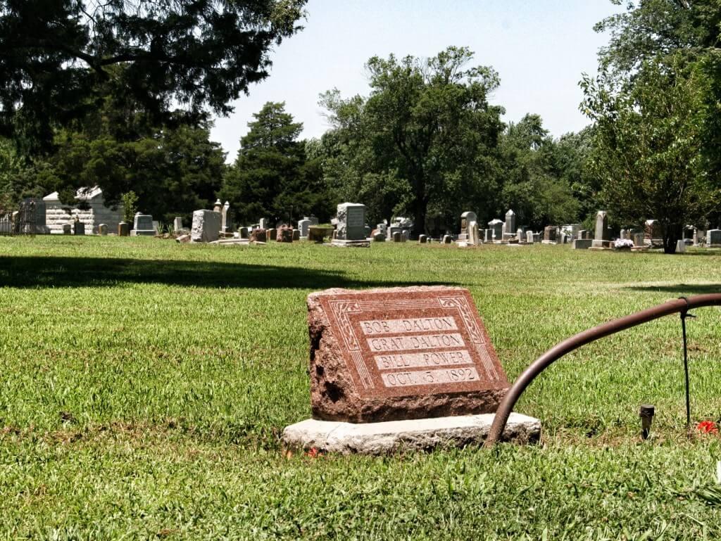 Lähtiessämme kävimme vielä katsomassa Daltoneiden haudan. Amerikkalaiseen tapaan haudan vierelle olisi päässyt suoraan autolla. Turistit eivät hautausmaalla tohtineet ajella, vaan kävelivät ja hikoilivat.