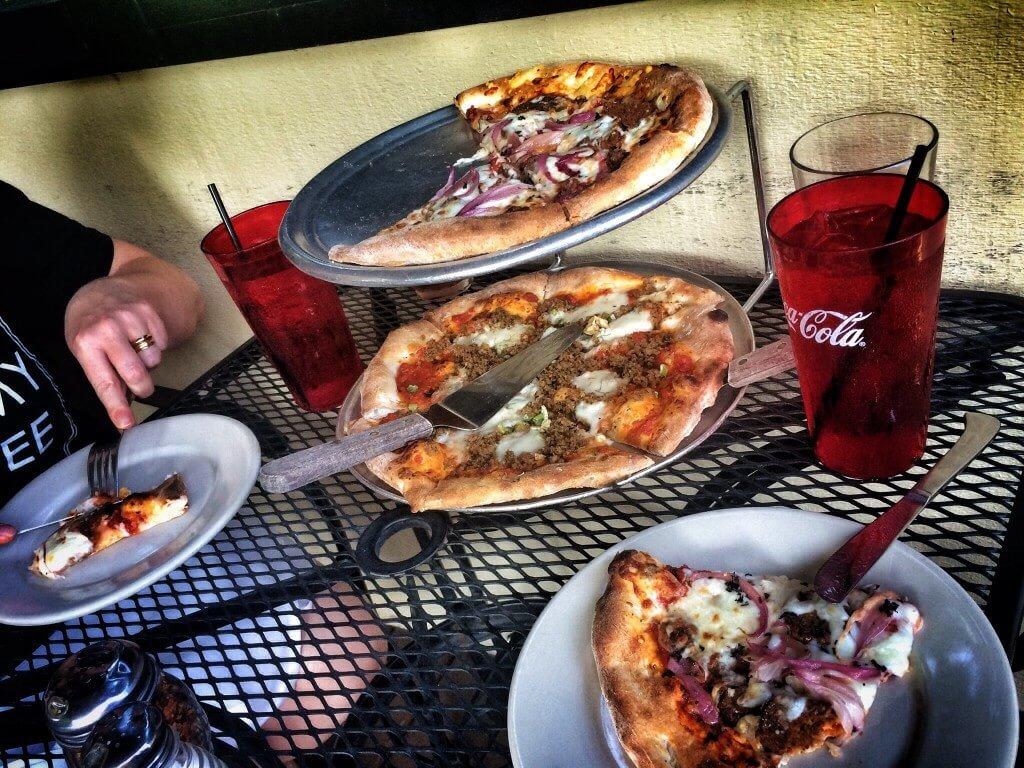 The American Pie ja The Italian Stallion. Ja nyt saimme jo oluetkin pizzan kanssa.