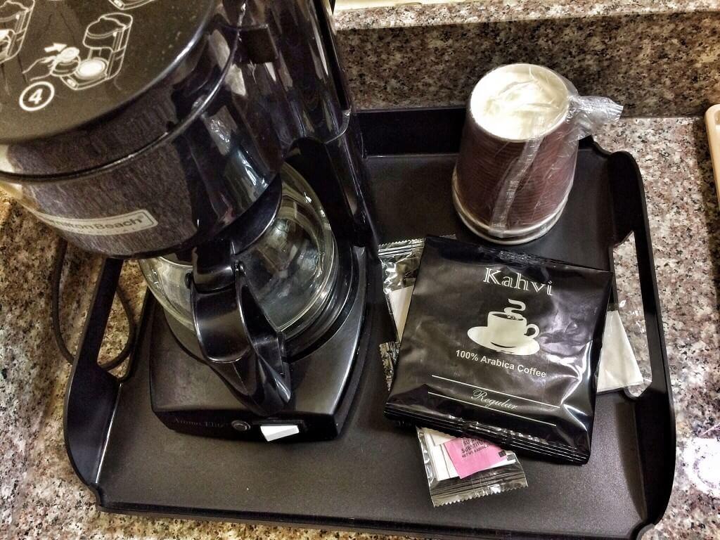 Flamingo Innissä saa asiakas tehdä itse aamiaisensa. Tarjolla Kahvi-merkkistä kahvia.