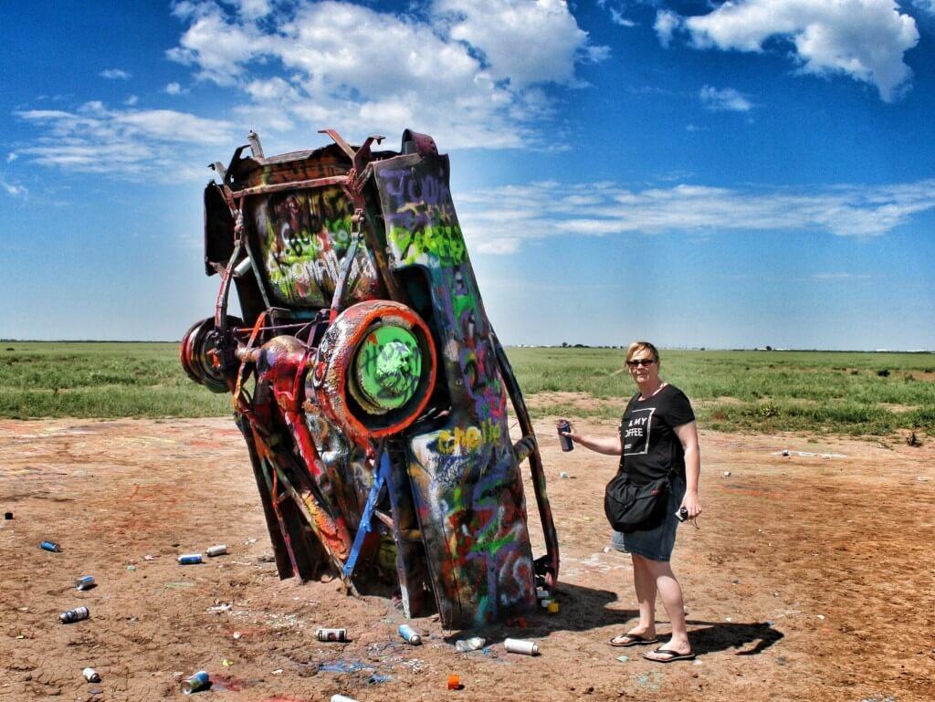 Maassa lojuvista spraypulloista löytyi sen verran maalia, että mekin saimme itsemme ikuistettua taideteokseen.
