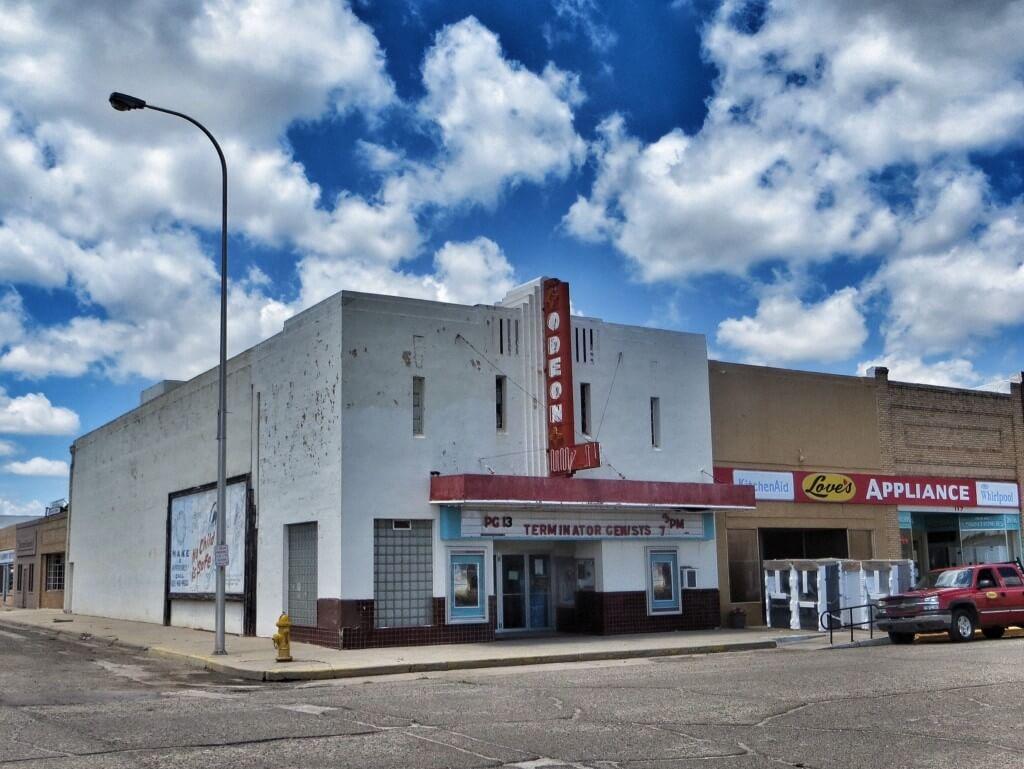 Täällä olisi mennyt Terminaattori, joka eilen jäi katsomatta. Harmi kyllä, suljettu tiistaisin. Elokuvateatteri Odeon, Tucumcari.