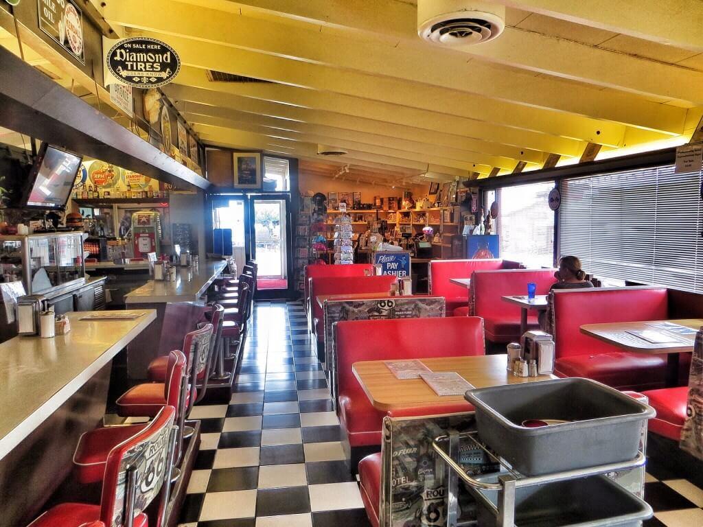 Viimeinen lounasburgeri (tällä kertaa strutsia) pikkukaupungissa ennen Los Angelesin esikaupunkialueita. Summit Inn, Hesperia, CA.