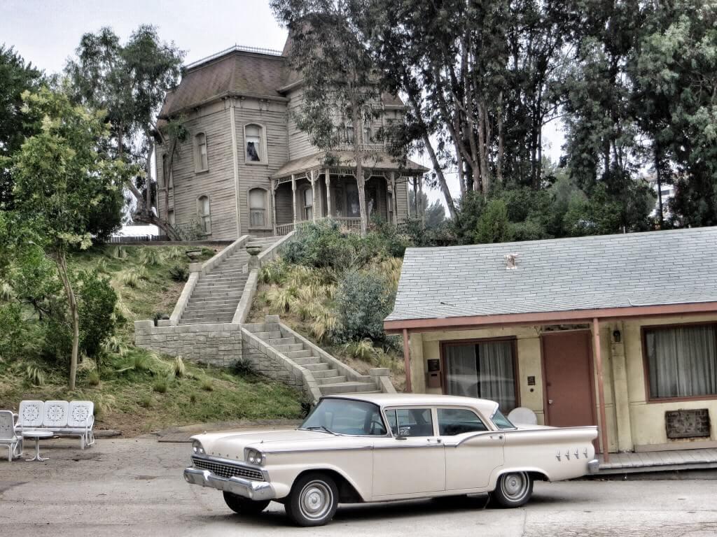 Bates Motel ja äiteen kotitalo.