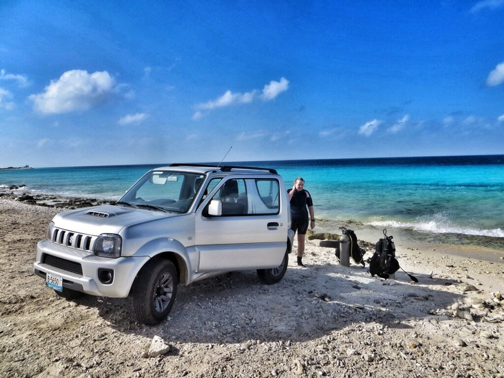 Lähes kaikilla muilla sukeltajilla oli vuokralla isot avolava-autot. Me säästimme ja vuokrasimme halvimman ja pienimmän nelivedon minkä löysimme. Hyvinpä mahtui kamat tuohonkin. Riutta näkyy noin 100 m päässä rannasta tummansinisenä.