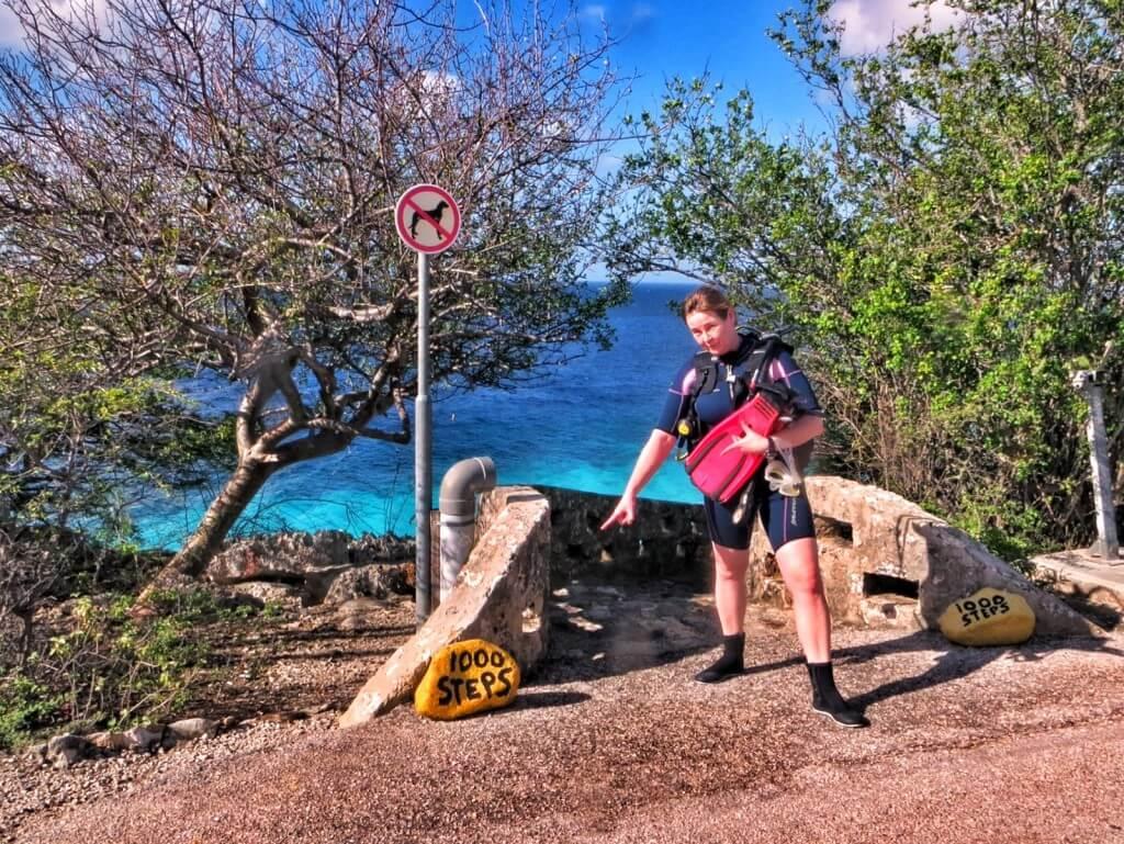 Sukelluspaikat oli merkitty näkyvästi kirkkaankeltaisilla kivillä. 1000 stepsissä ei onneksi askemia alas ollut kuitenkaan kuin 70.
