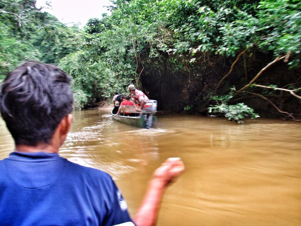 Seuraavana aamuna lähdimme viidakosta takaisin ihmisten ilmoille ja krapulaiset metsurit veneilivät töihinsä.